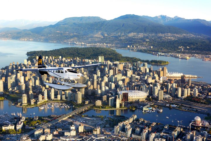 Seaplane im Flug über Downtown