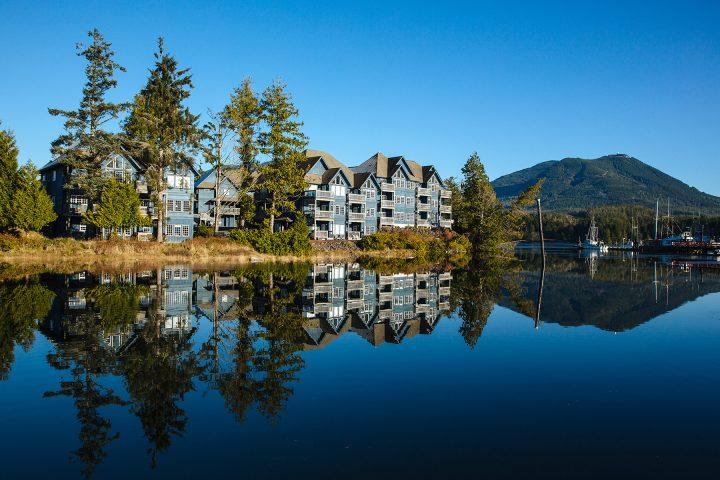 Cluxewe Resort spiegelt sich im Wasser