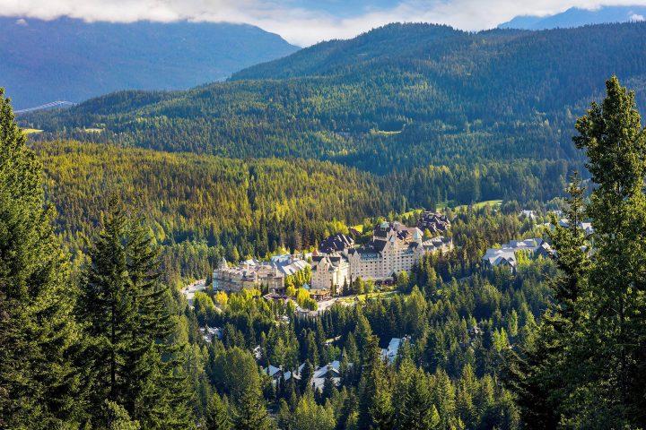 Fairmont Hotel Whistler umgeben von Wald
