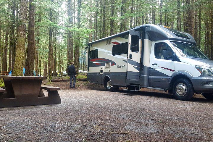 Wohnmobil auf dem Wald-Campground