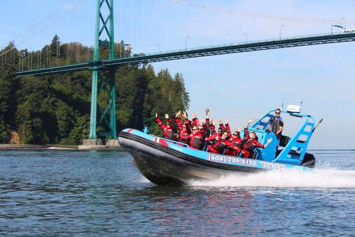 Gruppe im Boot unter der Lion's Gate Bridge