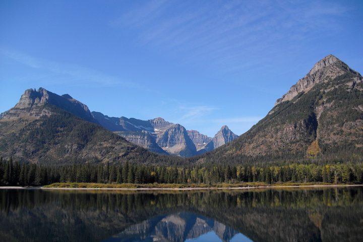 Bergpanorama mit Spiegelung im Wasser